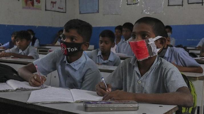 India memberlakukan jam malam di akhir pekan ini, meminta warga berada di rumah selama beberapa belas jam