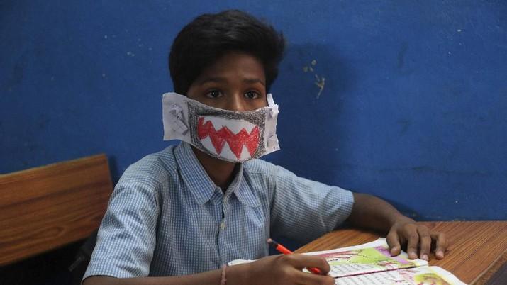 Saat Siswa India Buat Masker untuk Lindungi Diri dari Corona
