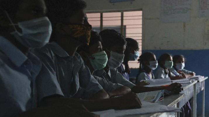 Sejumlah anak memakai masker bauatannya sendiri dari ketras. AP/Mahesh Kumar A
