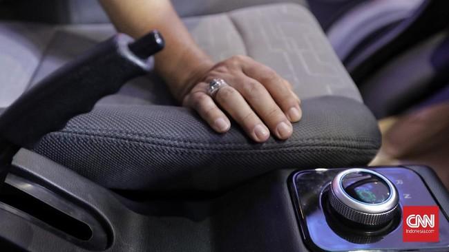 Pengaturan berkendara ditempatkan di konsol tengah sehingga mudah dijangkau pengemudi. Ada tiga mode, R (reverse/mundur), D (drive), E (Eco/untuk berkendara hemat listrik). (CNN Indonesia/Adhi Wicaksono)