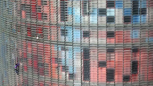 Aksi kontroversial Robert ini bukan yang pertama kali dilakukan. Tahun lalu, ia memanjat gedung pencakar langit di Hong Kong, Malaysia, hingga Inggris. (AP Photo/Joan Mateu)