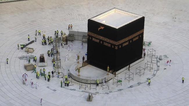 Tak tampak kepadatan jemaah yang melakukan tawaf (mengelilingi Kabah) pada Kamis (5/2) kemarin. Jemaah umrah melakukan tawaf dari lantai bagian atas Masjidil Haram. (ABDEL GHANI BASHIR / AFP)