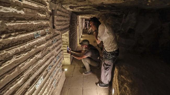 Piramida setinggi sekitar 60 meter itu mendominasi pemandangan reruntuhan kota Saqqara yang bagian dari ibukota kuno Memphis yang masuk dalam daftar Situs Warisan Dunia UNESCO. (Mohamed el-Shahed / AFP)