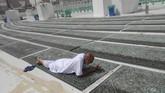 Jemaah dilarang duduk-duduk (i'tikaf), termasuk membawa makanan dan minuman. Ibadah salat hanya boleh di dalam masjid.(AP Photo/Amr Nabil)