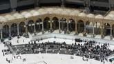 Jemaah yang menunaikan salat lima waktu di Masjidil Haram ikut menurun drastis imbas larangan aktivitas umrah oleh Kerajaan Arab Saudi.(AP Photo/Amr Nabil)