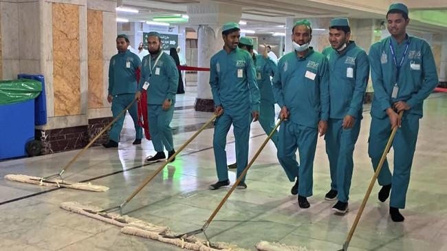 Dua masjid suci ditutup sejam setelah salat Isya dan dibuka kembali satu jam sebelum salat Subuh untuk dibersihkan dan disterilisasi.(HAITHAM EL-TABEI / AFP)