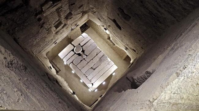 Penampakan sarkofagus di piramida. Gempa bumi tahun 1992 sempat menyebabkan kerusakan besar pada interior piramida ini. (Mohamed el-Shahed / AFP)