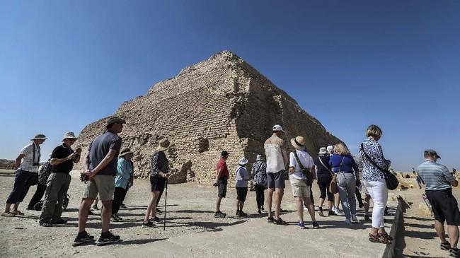 Turis mengunjungi piramida bertingkat Djoser di reruntuhan kota Saqqara Mesir, selatan ibukota Kairo, pada 5 Maret 2020. (Mohamed el-Shahed / AFP)
