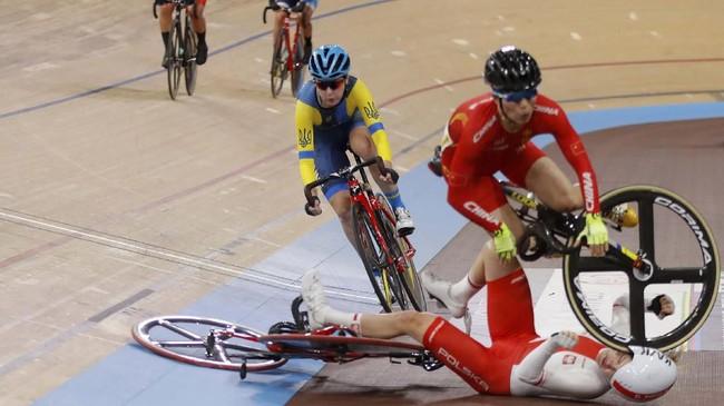Atlet China Wang Xiaofei menabrak atlet Polandia Daria Pikulik pada Kejuaraan Dunia Sepeda UCI nomor 30 kilometer di Berlin. (Odd ANDERSEN / AFP)