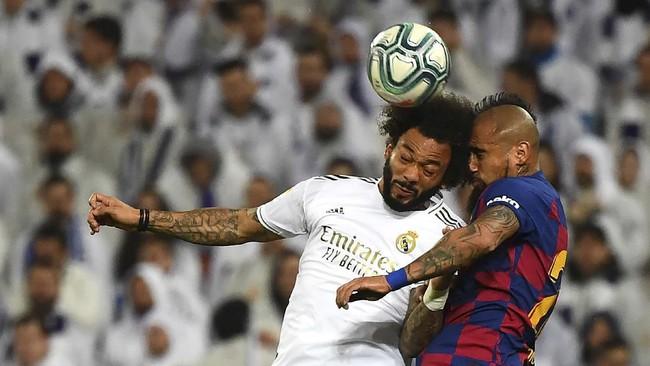 Gelandang Barcelona Arturo Vidal (kanan) beradu kepala dalam duel udara melawan bek Real Madrid Marcelo pada laga El Clasico, 1 Maret 2020. (GABRIEL BOUYS / AFP)