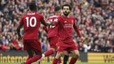 Penyerang Liverpool Mohamed Salah merayakan gol dengan Sadio Mane setelah kolaborasi kedua pemain membuahkan gol pertama. (AP Photo/Jon Super)