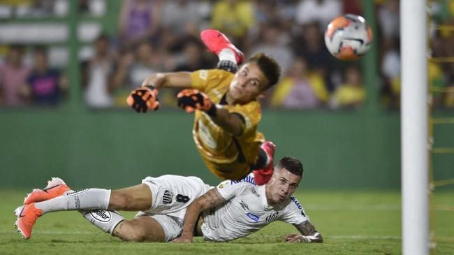 Pemain Santos Jobson mencetak gol ke gawang kiper Luiz Ezequiel Unsain dari klub Argentina Defensa y Justicia pada ajang Copa Libertadores. (AP Photo/Gustavo Garello)