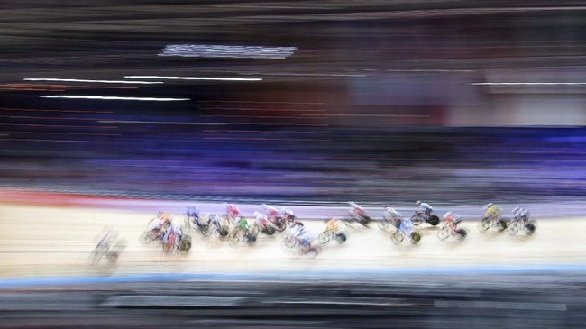 Para atlet wanita tampil pada Kejuaraan Dunia Sepeda di Berlin, Jerman, Minggu (1/3). (Sebastian Gollnow/dpa via AP)