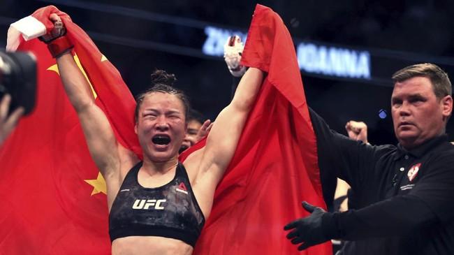 Zhang Weili mempersembahkan kemenangan atas Joanna Jedrzejczyk untuk masyarakat China yang sedang terkena bencana wabah virus corona. (L.E. Baskow/Las Vegas Review-Journal via AP)