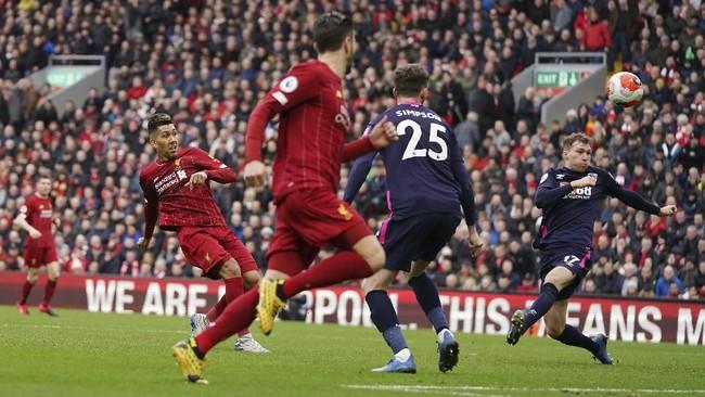 Penyerang Liverpool Roberto Firmino melepaskan tendangan. Kemenangan atas Bournemouth membuat Liverpool unggul 25 poin atas Manchester City di puncak klasemen Liga Inggris. (AP Photo/Jon Super)