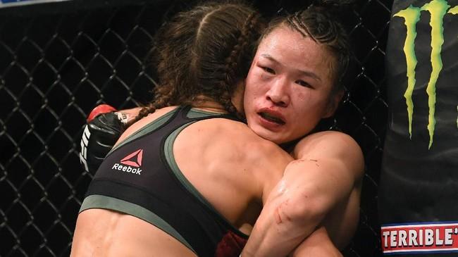 Zhang Weili yang berstatus juara bertahan mendapat perlawanan sengit dari Joanna Jedrzejczyk yang berasal dari Polandia. (Harry How/Getty Images/AFP)