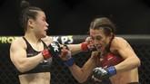 Zhang Weili sempat kesulitan menghadapi Joanna Jedrzejczyk yang bermain lebih cerdik dalam memanfaatkan peluang di ronde-ronde awal. (L.E. Baskow/Las Vegas Review-Journal via AP)