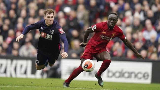 Liverpool kemudian membalikkan keadaan lewat gol Sadio Mane pada menit ke-33 setelah menerima umpan terobosan Virgil van Dijk. Skor 2-1 untuk Liverpool bertahan hingga akhir babak pertama. (AP Photo/Jon Super)