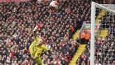 Kiper Bournemouth Aaron Ramsdale melakukan penyelamatan. Liverpool lebih mendominasi jalannya pertandingan babak kedua. (AP Photo/Jon Super)