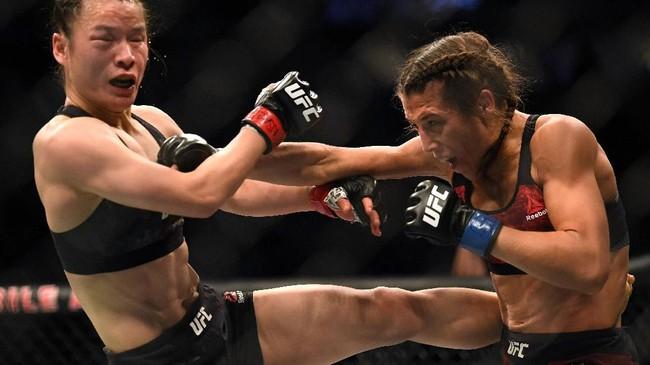 Petarungan Zhang Weili vs Joanna Jedrzejczyk memperebutkan gelar juara dunia kelas straw putri pada UFC 238 di T-Mobile Arena, Las Vegas, Minggu (8/3) siang WIB. (Harry How/Getty Images/AFP)