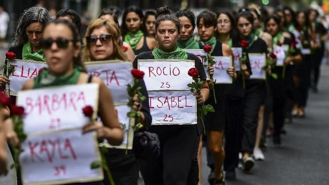 Kaum perempuan di Argentina memperingati Hari Perempuan Sedunia di Ibukota Buenos Aires dengan berjalan kaki. (Photo by Ronaldo SCHEMIDT / AFP)