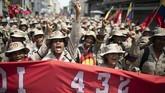 Perempuan Venezuela yang tergabung dalam Milisi Nasional Bolivarberunjuk rasa mendukung pemerintahan Presiden Nicolas Maduro dalam Hari Perempuan Sedunia. (AP Photo/Ariana Cubillos)