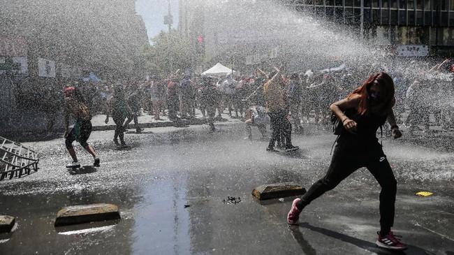 Massa yang memperingati Hari Perempuan Sedunia di Santiago, Chile, terlibat bentrok dengan aparat. (Photo by Javier TORRES / AFP)