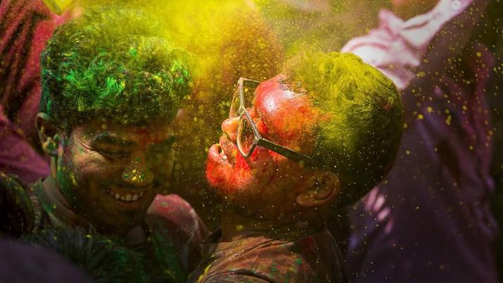 Bagi masyarakat Hindu India, Festival Holi atau yang dikenal dengan Festival Warna menjadi ajang untuk saling berbagi cinta.