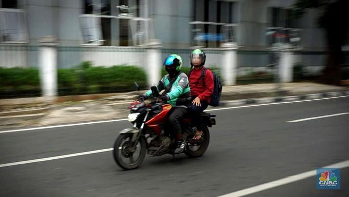 Driver Ojek online menunggu penumpang di kawasan Stasiun Pal Merah Jakarta, Selasa (10/3). Kementerian Perhubungan (Kemenhub) mengumumkan kenaikan tarif ojol. kenaikan tarif mulai 16 Maret 2020 berkisar antara Rp 150 hingga Rp 250 per kilometer (km). Kenaikan ini disambut baik oleh driver Gojek, Haryanto 35 tahun saat ditemui di pangkalan gojek Stasiun Pal Merah mengatakan