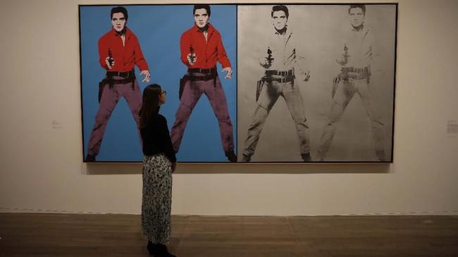 Warhol diketahui mengoleksi lebih dari 100 wig sampai dengan saat kematiannya pada 1987. (AP Photo/Matt Dunham)