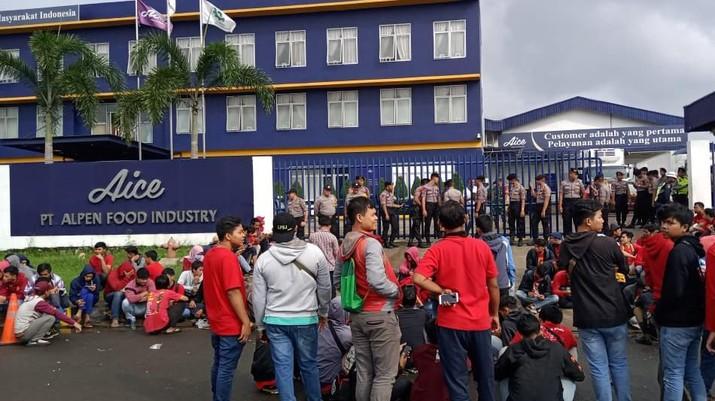 Sejumlah buruh AICE berdemo di depan Pabrik PT Apen Food Industry di Kawasan Jalan Selayar Telajung, Bekasi, Jawa Barat (Dok. Serikat Gerakan Buruh Bumi Indonesia)