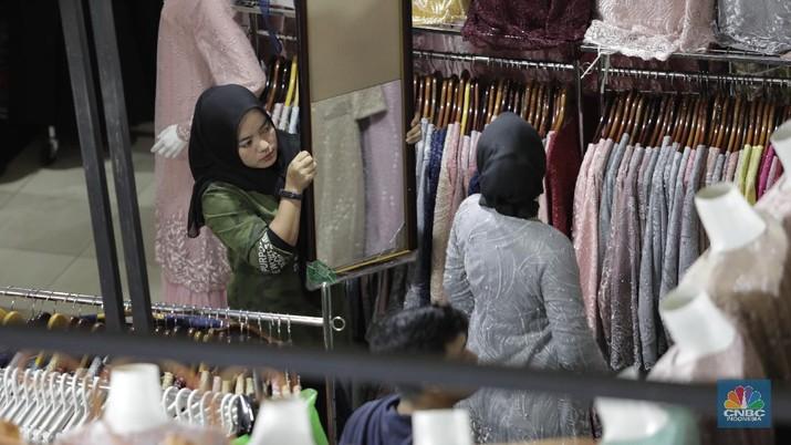 Risma, salah satu pedagang di lantai dasar Blok C Pasar Tanah Abang, Jakarta Pusat, merasakan sepinya pengunjung sejak virus corona masuk ke Indonesia.
