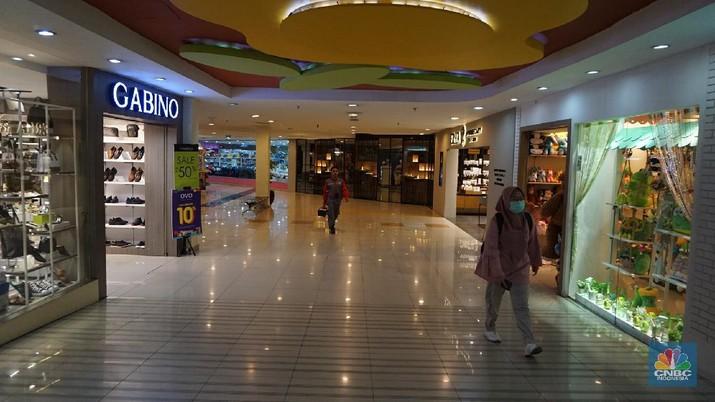 Suasana pengunjung mall di Mall Metropolitan, Bekasi Barat, Jawa Barat, Rabu 11/3/2020.  Pengelola pusat perbelanjaan lebih serius melakukan antisipasi penyebaran virus corona menyusul adanya Pasien positif Corona (COVID-19) kasus nomor 25 meninggal dunia. Pasien tersebut merupakan warga negara asing (WNA) berusia 53 tahun. Dikutip dari Berita CNBC Indonesia Ketua Umum Asosiasi Pengelola Pusat Perbelanjaan Indonesia (APPBI) Stefanus Ridwan mengatakan sebelum adanya pengumuman kasus positif, pengelola mal hanya menyediakan hand sanitizers bagi pengunjung untuk cuci tangan. Setelah, ini akan ada antisipasi pencegahan khususnya pada bagian-bagian yang berpotensi terjadi penularan. Pantauan CNBC Indonesia Mall di kawasan Bekasi ini terlihat beberapa orang yang lalu lalang berdatangan. Salah satu pegawai mall mengatakan kondisi di mall ini belum bisa dibilang terlihat sepi karena Corona,