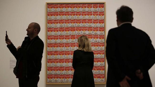 Wig-wig perak Warhol turut dipajang di pameran ini. (AP Photo/Matt Dunham)