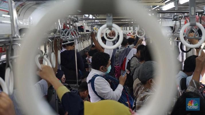 Pengunjung mengugunakan transportasi KRL di Stasiun Tujuan Bogor-Jakarta Kota, Kamis,12/3/2020. Paparan Gubernur DKI Jakarta Anies Baswedan terkait risiko penyebaran virus corona yang menyebabkan Covid-19 via transportasi salah satunya KRL commuterline rute Bogor-Depok-Jakarta Kota berisiko tinggi menjadi area penyebaran virus corona terbesar. Beberapa penumpang juga menggunakan masker guna antisipasi penyebaran virus. Pantauan CNBC Indonesia Penumpang yang telah menumpuk mulai berjalan merangsek mendekati arah datangnya kereta. Jam-jam sibuk kendaraan umum dimana banyak para pekerja yang memulai aktivitasnya sehingga terlihat tidak ada tempat untuk bergerak.   (CNBC Indonesia/Muhammad Sabki)