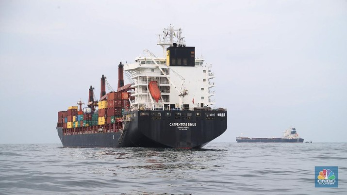 Petugas Kantor Kesehatan Pelabuhan memeriksa Kapal Carpenters Sirius Singapore dari Malaysia di tengah laut sejauh 4 mil dari dermaga saat akan memasuki Pelabuhan Tanjung Priok, Jakarta Utara. (CNBC Indonesia/Tri Susilo)
