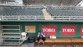 Kompetisi bisbol terkemuka, Major League Baseball (MLB) juga terkena aturan pengosongan tribune stadionimbas virus corona. (AP Photo/Elise Amendola)