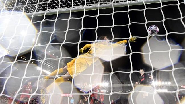 Gol Georginio Wijnaldum tak dapat menyelamatkan Liverpool dari kekalahan. Sang juara bertahan Liga Champions tersisih setelah takluk dari Atletico Madrid. (Photo by JAVIER SORIANO / AFP)