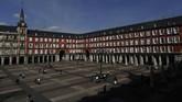 Penampakan Mayor squaredi Madrid, Spanyol, pada Jumat (13/3) yang sepi aktivitas. (AP Photo/Manu Fernandez)