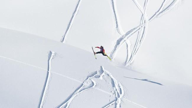 Ajang Freeride World Tour jadi ajang kompetisi para atlet ski unjuk aksi dan pamer kebolehan meluncur di atas salju Fieberbrunn, Austria.(Photo by JOE KLAMAR / AFP)