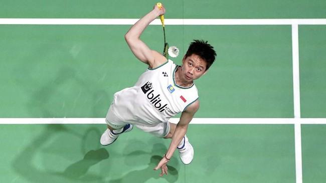 Kevin Sanjaya Sukamuljo bersiap melepaskan pukulan sambil melompat dalam ajang badminton tertua, All England. (Morgan Harlow/PA via AP)