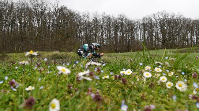 Pebalap sepeda Michael Schwarzmann memacu tunggangannya menyelesaikan etape individual time trial yang melewati daerah Saint-Armand-Montrond dalam balap sepeda Paris-Nice. (Photo by Alain JOCARD / AFP)