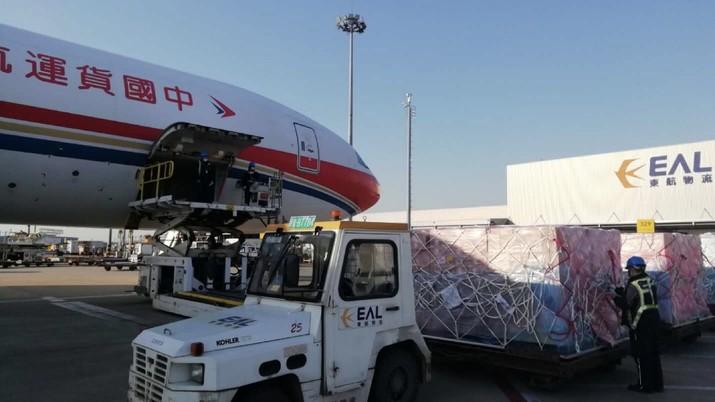 Sejumlah besar pasokan medis, termasuk masker dan respirator, tiba di Italia dari China pada Rabu.