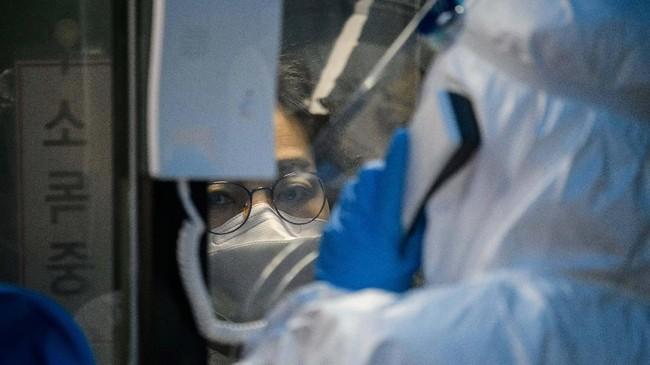 Setelah berkonsultasi singkat menggunakan interkom, pasien akan diminta untuk mengambil sampel dari hidung dan tenggorokan.(Photo by Ed JONES / AFP)