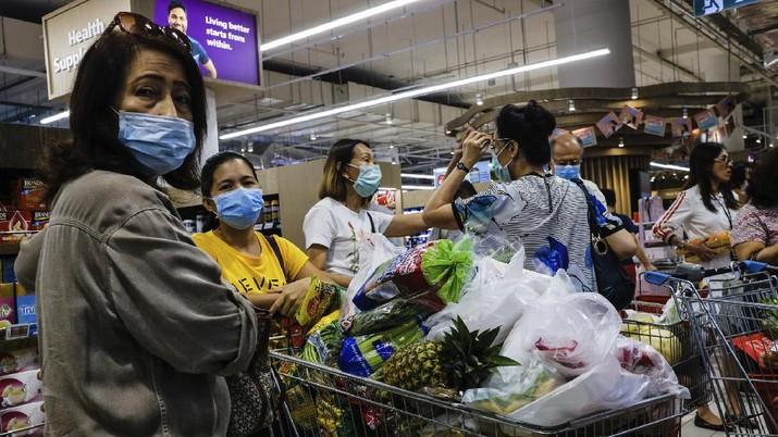 Warga malaysia serbu pusat perbelanjaan. (AP/Ee Ming Toh)