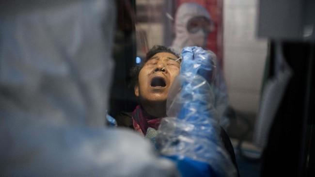 Tenda yang memuat empat bilik telepon ini diisi tekanan udara negatif untuk mencegah partikel berbahaya masuk dari luar.(Photo by Ed JONES / AFP)