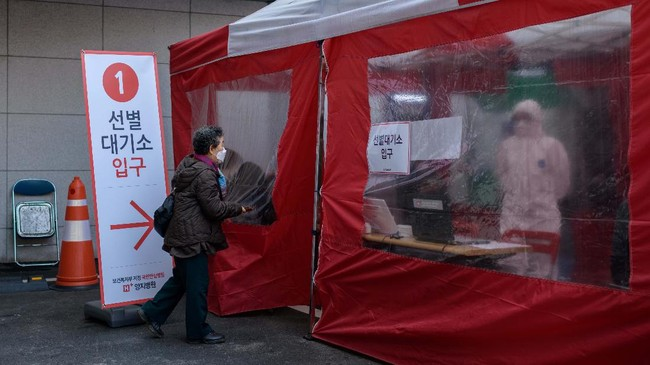 Korea Selatan kembali mengenalkan inovasi tes virus corona bagi warga yakni melalui bilik telepon yang berada di halaman luar Rumah Sakit Yangji, Seoul.(Photo by Ed JONES / AFP)