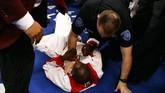 Roger Mayweather mengamuk saat Floyd Mayweather dipukul pada bagian vital oleh Zab Judah di 2016. (Al Bello/Getty Images/AFP)