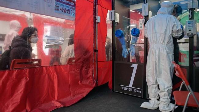 Pasien bisa datang dan masuk ke dalam salah satu dari empat bilik untuk berkonsultasi dengan petugas profesional.(Photo by Ed JONES / AFP)