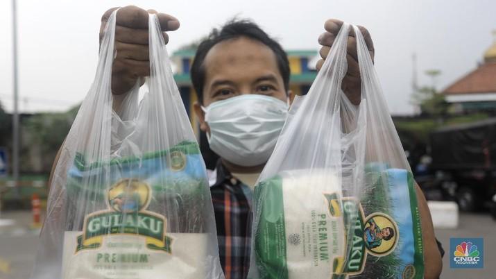 Warga memgantri membeli sembako saat operasi pasar di PD. Pasar Jaya Pasar Kramat Jati, Jakarta Timur. (CNBC Indonesia/Andrean Kristianto)